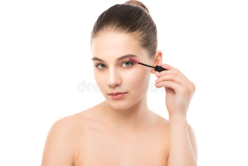 Ögonsminket applicerar Mascara som applicerar closeupen, långa snärtar Makeupborste isolerat royaltyfri fotografi