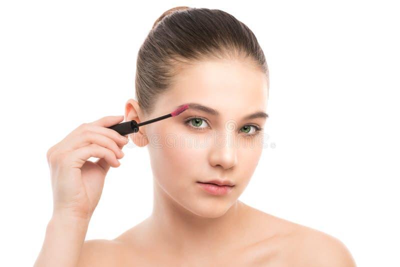 Ögonsminket applicerar Mascara som applicerar closeupen, långa snärtar Makeupborste isolerat arkivbild