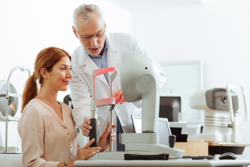 Ögonspecialist som använder modern teknologi under konsultation arkivbilder