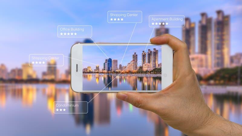Ökad verklighet eller AR App på den smarta apparatskärmen fotografering för bildbyråer
