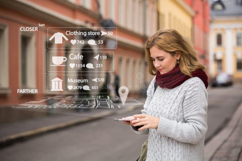 Ökad verklighet i marknadsföring Kvinnahandelsresande med telefonen royaltyfri fotografi