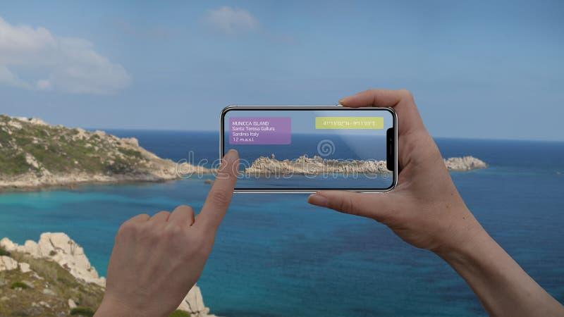 Ökat verklighetmarknadsföring och loppavsiktbegrepp Applikation för AR för bruk för telefon för handinnehav smart som kontrollera arkivfoto
