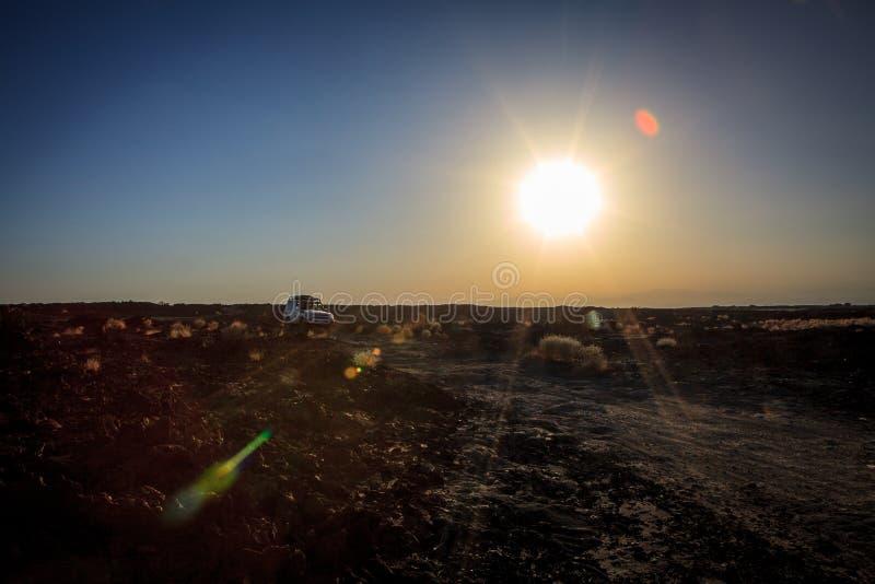 öken för bil 4x4 korsning på den Danakil fördjupningen royaltyfri fotografi