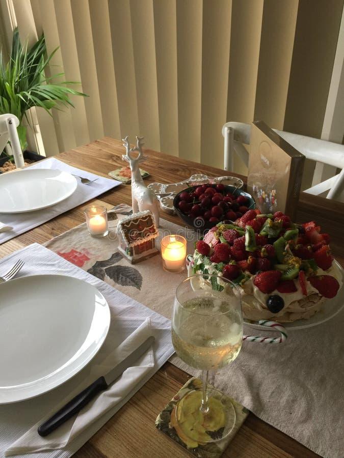 Öken för julferiePavolova frukt med vitt vin royaltyfri foto