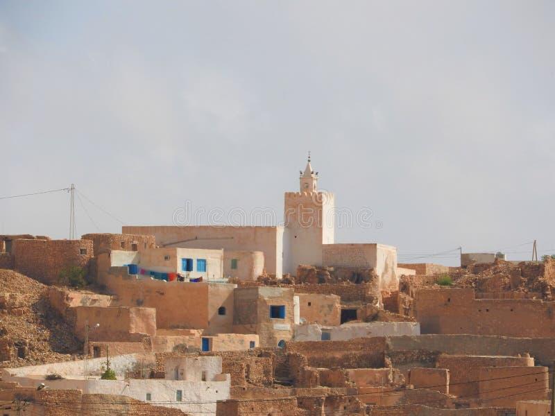 Öken för moské för BerberbyTamezret Gabes landskap varm av Nordafrika i Tunisien royaltyfria bilder