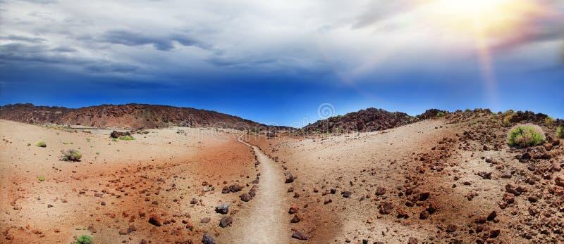 Öken i nationalparken av Tenerife Vulkaniskt landskap, väg i den Teide nationalparken, kanariefågelöar, Spanien arkivbild