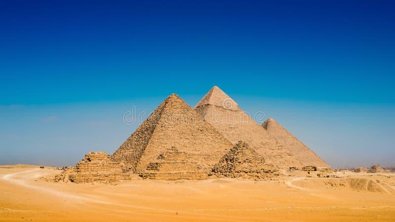 Öken med de stora pyramiderna av Giza royaltyfri fotografi