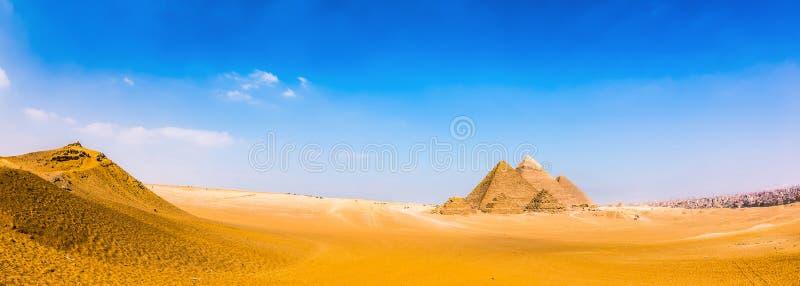 Öken med de stora pyramiderna av Giza royaltyfri foto