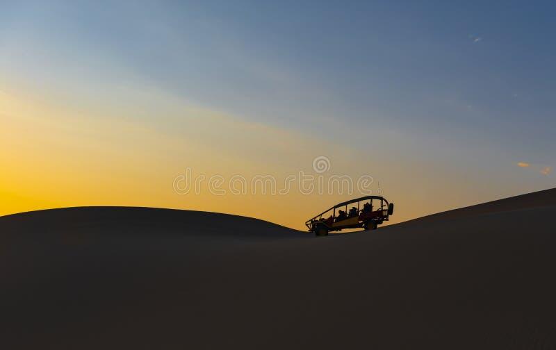 Ökenbarnvagn på solnedgången, Ica, Peru arkivfoton
