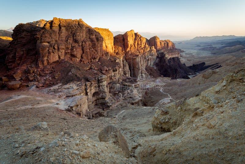 Ökenkanjonberg vaggar klippaklyftan, det Negev loppet Israel royaltyfria foton