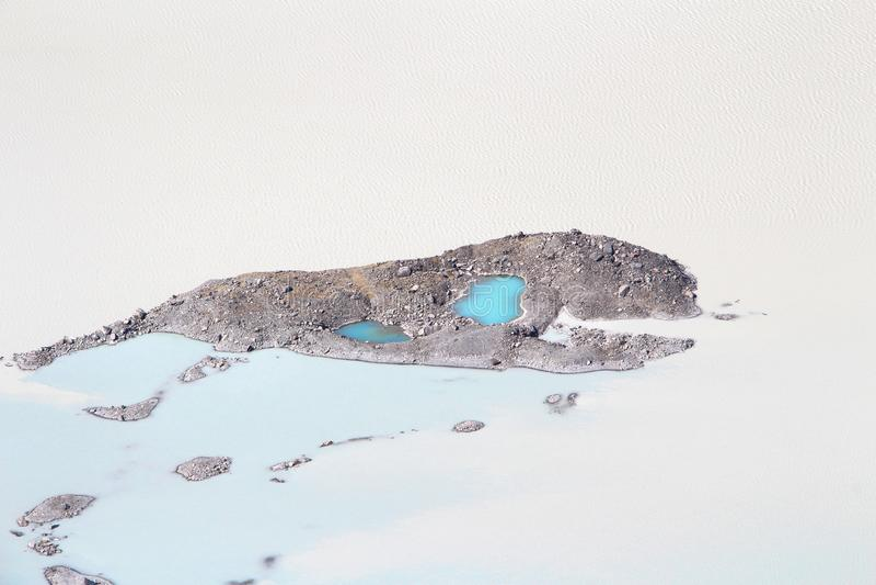 Ökenplats med vatten i africa arkivbilder