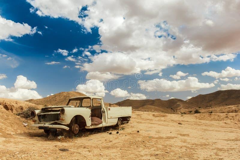 Ökenrelik Gammal bil som rostar bort i öknen royaltyfri foto