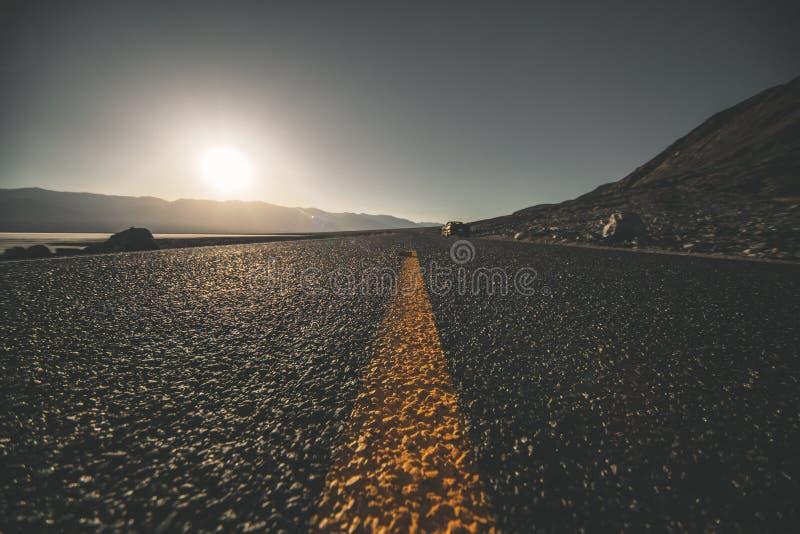Ökenväg i Death Valley royaltyfria foton