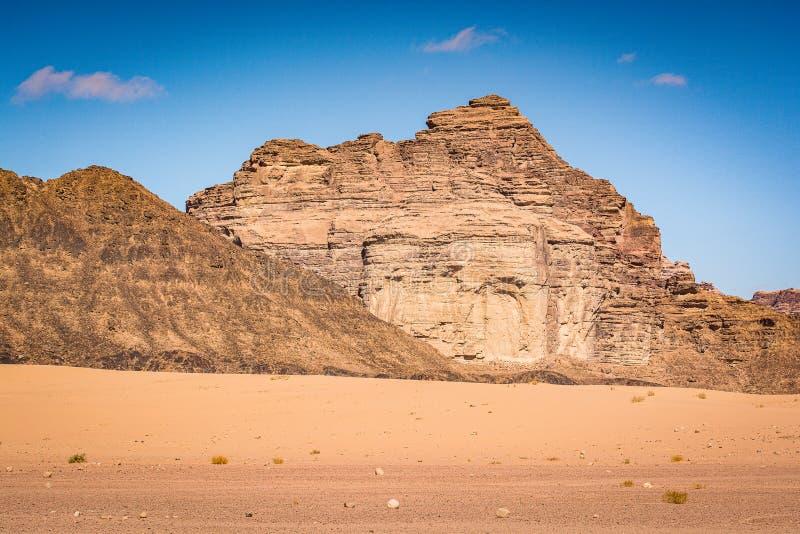 Öknen med sandsten och granit vaggar i Wadi Rum i Jordanien arkivbilder