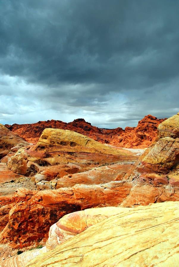öknen vaggar den stormiga skyen fotografering för bildbyråer