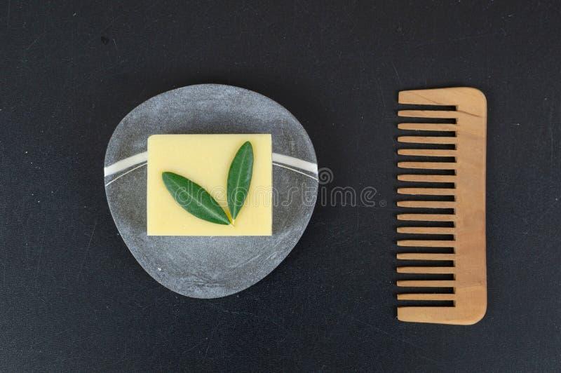 Öko-Seife und -Seifen, aus biologischem Anbau, sowie feste Shampoo-Bars stockfotos