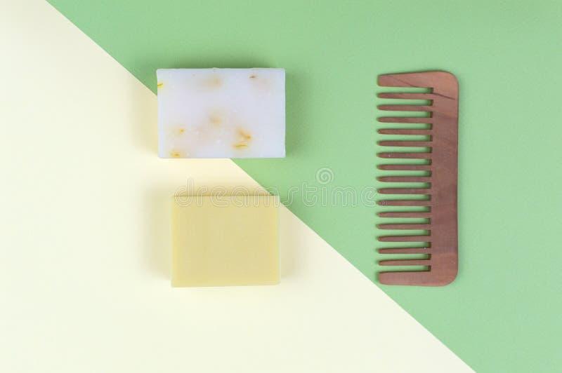Öko-Seife und -Seifen, aus biologischem Anbau, sowie feste Shampoo-Bars stockfoto