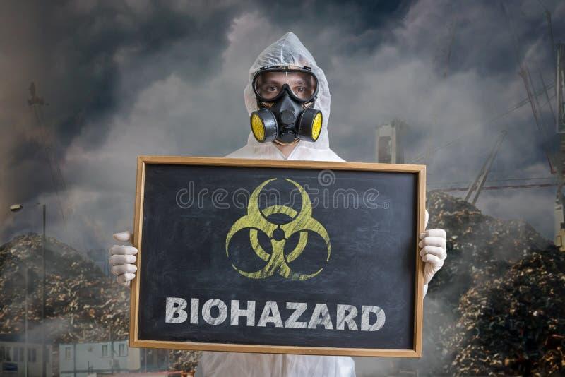 Ökologie- und Verschmutzungskonzept Mann im Overall warnt gegen Biohazardabfall lizenzfreies stockbild