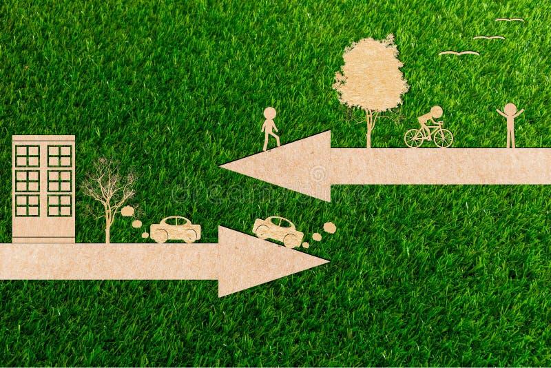 Ökologiekonzept gehen Fahrräder der sauberen Energie der Umwelt grüne und Autos verunreinigen stockbilder