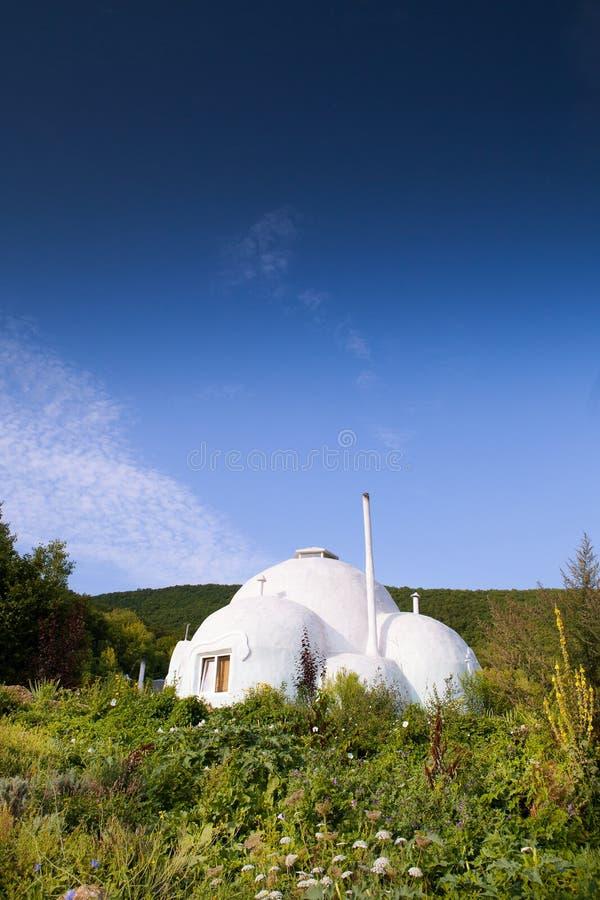 Ökologietünchegebäude im Berggebiet stockfotografie