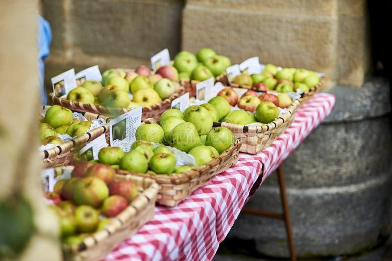 Ökologische Äpfel in einem traditionellen Markt von in San Sebastián lizenzfreies stockbild