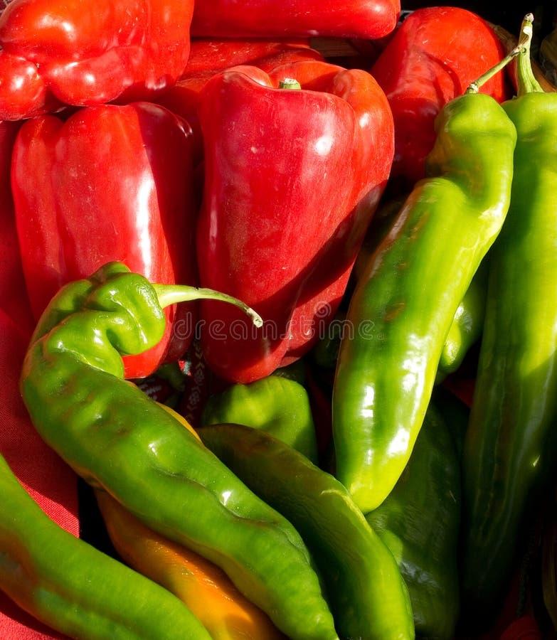 Ökologische grüne und rote Pfeffer stockfotografie