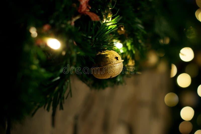 Ökologische, hölzerne Weihnachtsdekorationen glocke stockfotografie