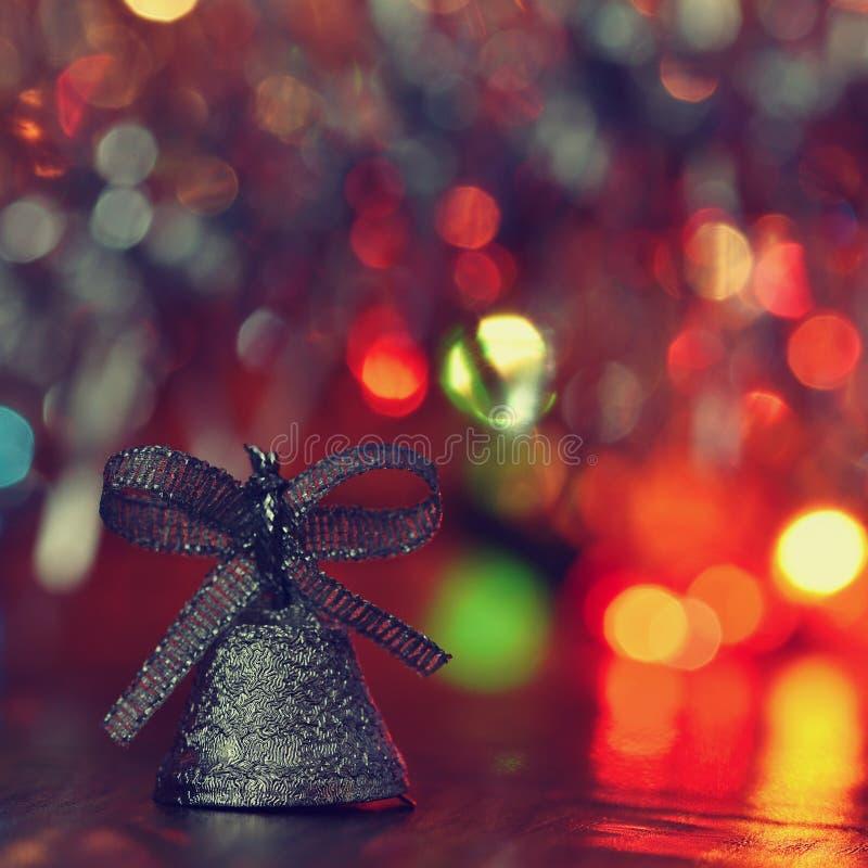 Ökologische, hölzerne Weihnachtsdekorationen Schöne Weihnachtsbaumschmucke auf Zusammenfassung, unscharfer bunter Hintergrund Kon lizenzfreies stockfoto