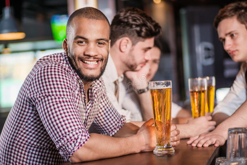 Öl är den bästa drinken för män Tre andra män dricka öl fotografering för bildbyråer