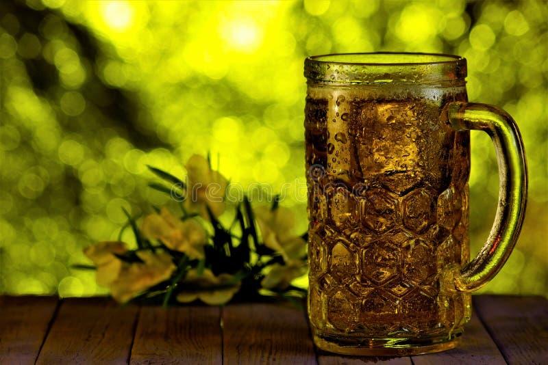 Öl är en kall drink på en varm sommardag i natur Öl är en populär uppfriskande aromatisk låg-alkohol drink royaltyfria bilder