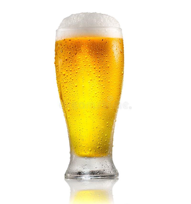 Öl Exponeringsglas av kallt öl med vattendroppar Hantverköl som isoleras på vit arkivfoton