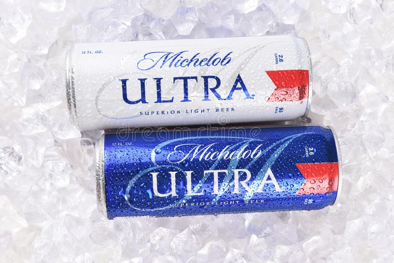 Öl för två Michelob ultra 12 uns cans i is fotografering för bildbyråer