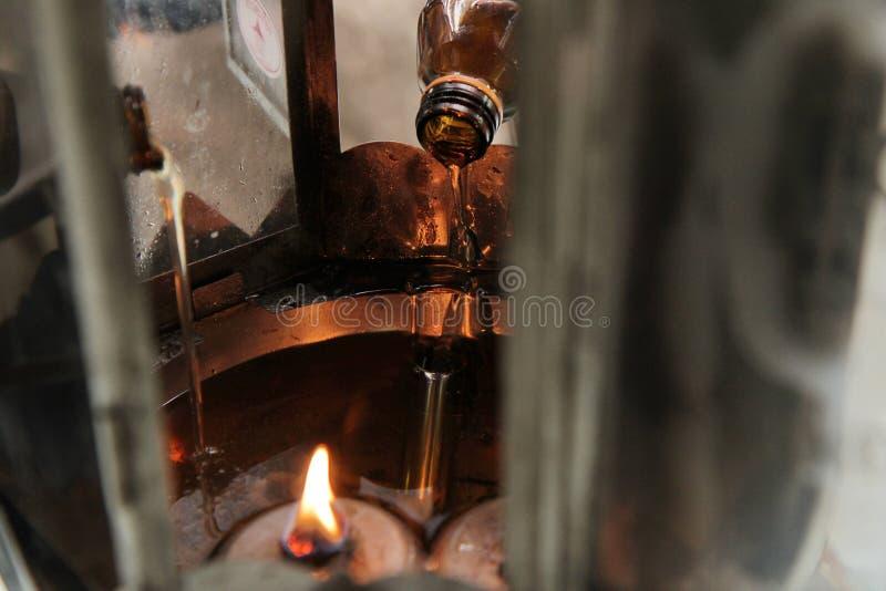 Öl füllen eine Lampe für das Beleuchten und für Gebrauch im Weihrauch aus stockfotos