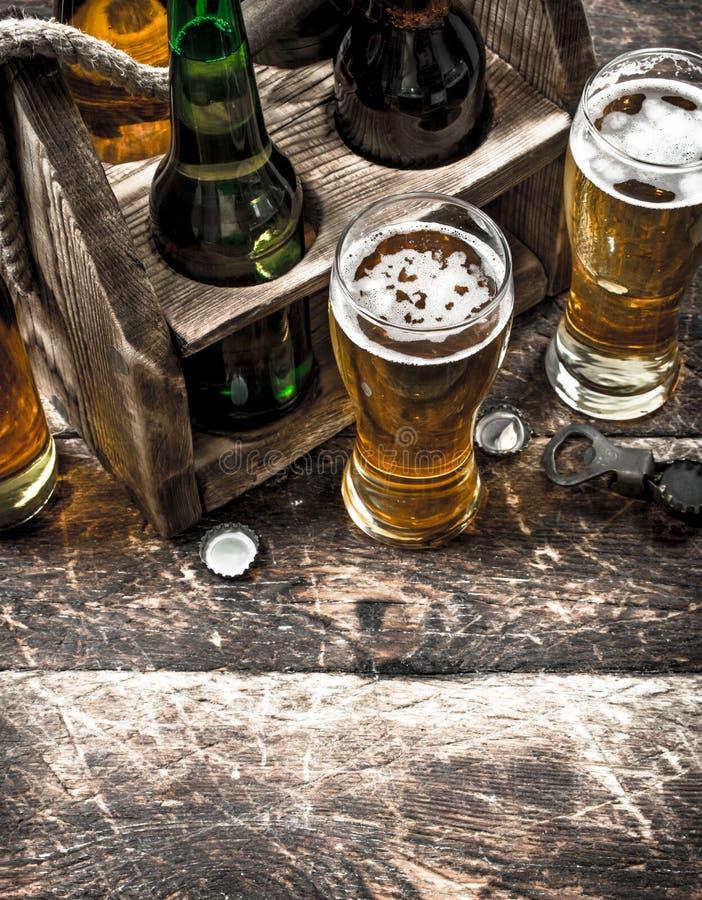 Öl i en ask med exponeringsglas arkivbilder