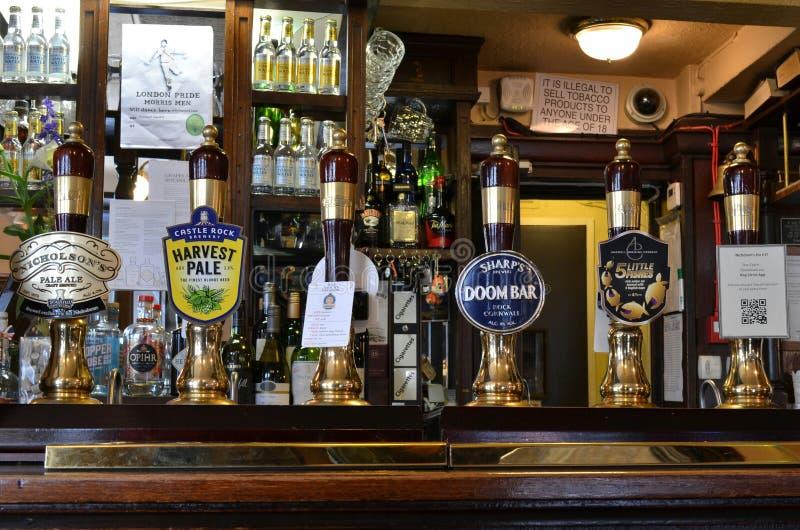 Öl knackar lätt på den London baren royaltyfria foton