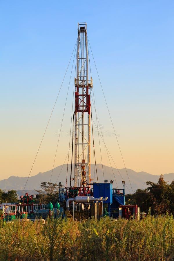 Öl-Land, das Rig Working In The Field bohrt lizenzfreies stockbild