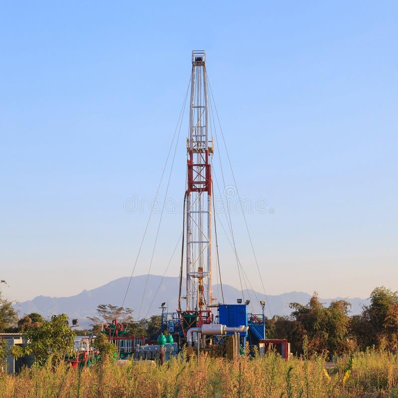 Öl-Land, das Rig Working In The Field bohrt stockbild