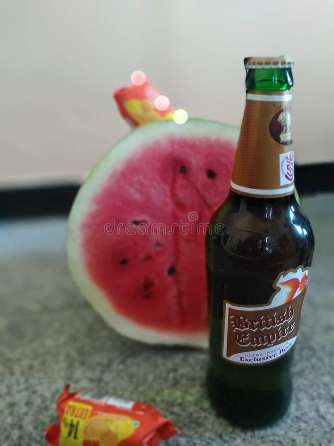 Öl med vattenmelon och kex arkivfoton