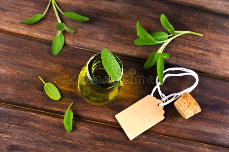 Öl mit trockenen Blättern des Salbeis stockbilder