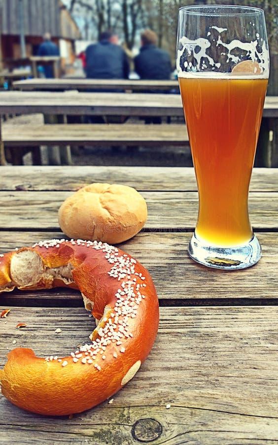 Öl och kringla, typisk bayersk paus royaltyfri fotografi