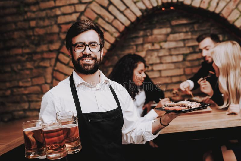 Öl och mellanmål Skäggig bartender Gyckel tillsammans royaltyfri foto