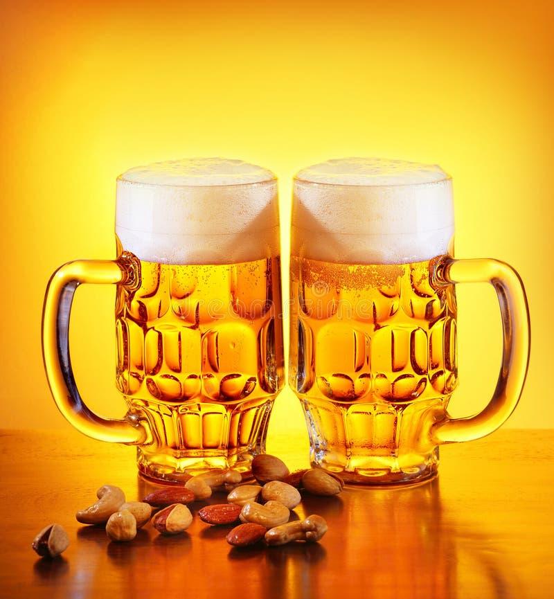 Öl och muttrar royaltyfri foto