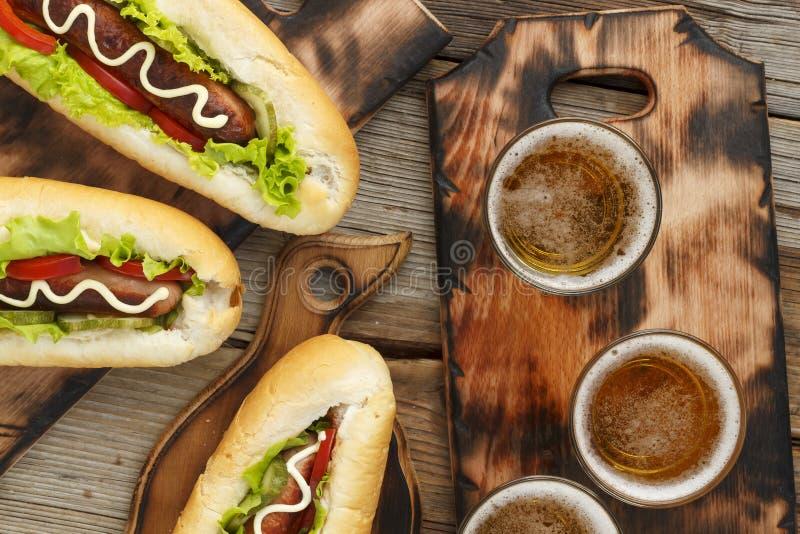 Öl och varmkorvar Begrepp av att äta utomhus arkivbilder