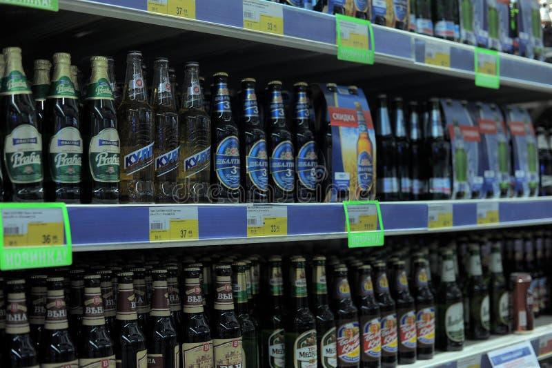 Öl på supermarkethyllorna royaltyfria bilder