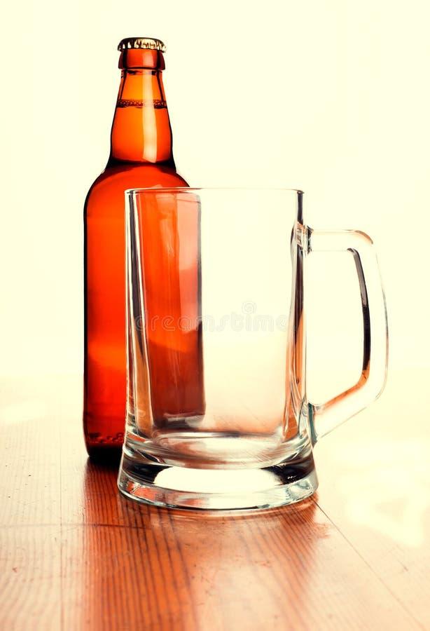 Öl rånar och ölflaskan royaltyfria bilder