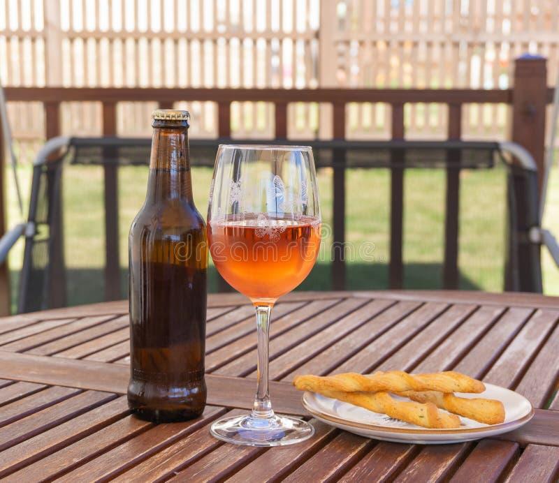 Öl Rose Wine & brödpinnar fotografering för bildbyråer