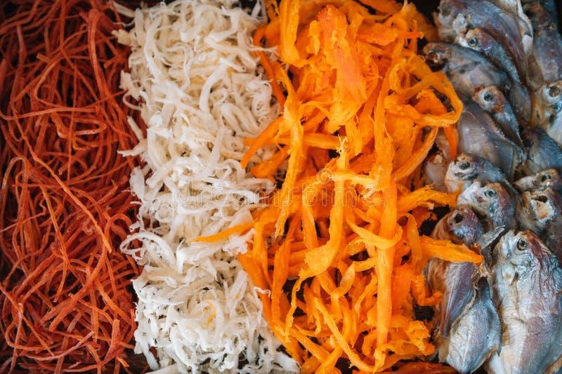 Öl Snack-blandning med torkad saltad havsmussling i toppvyn och platt på stenbord Svinsnäckor, t.ex. kryddsvätska, musslor. royaltyfria bilder