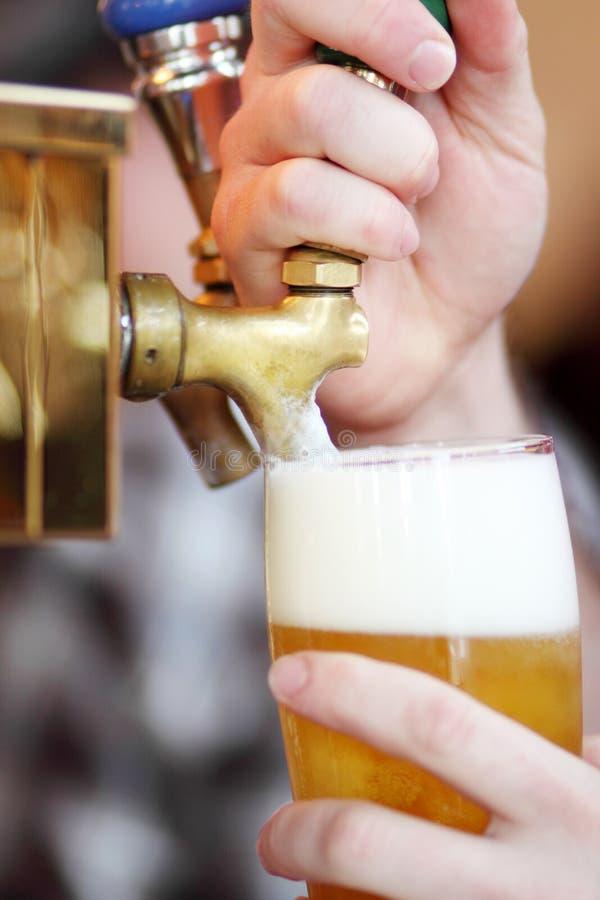 öl som drar kopplingen arkivfoton