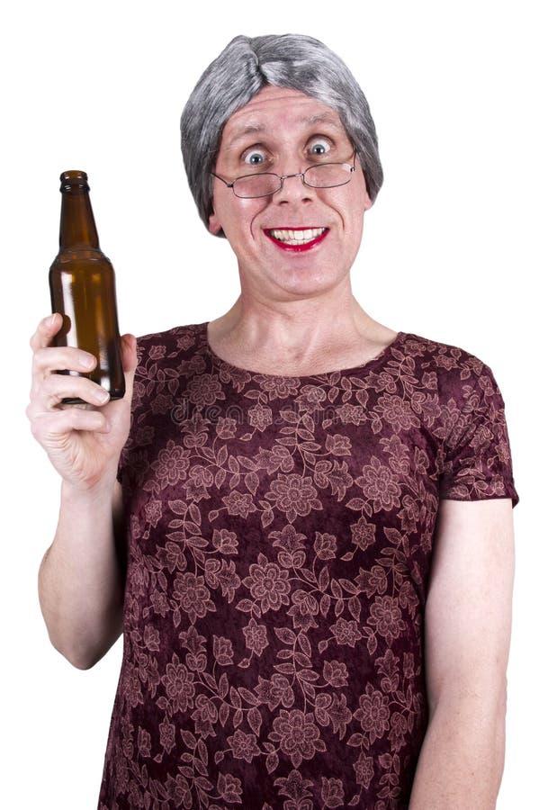 öl som dricker den drack roliga mogna höga fula kvinnan royaltyfri fotografi