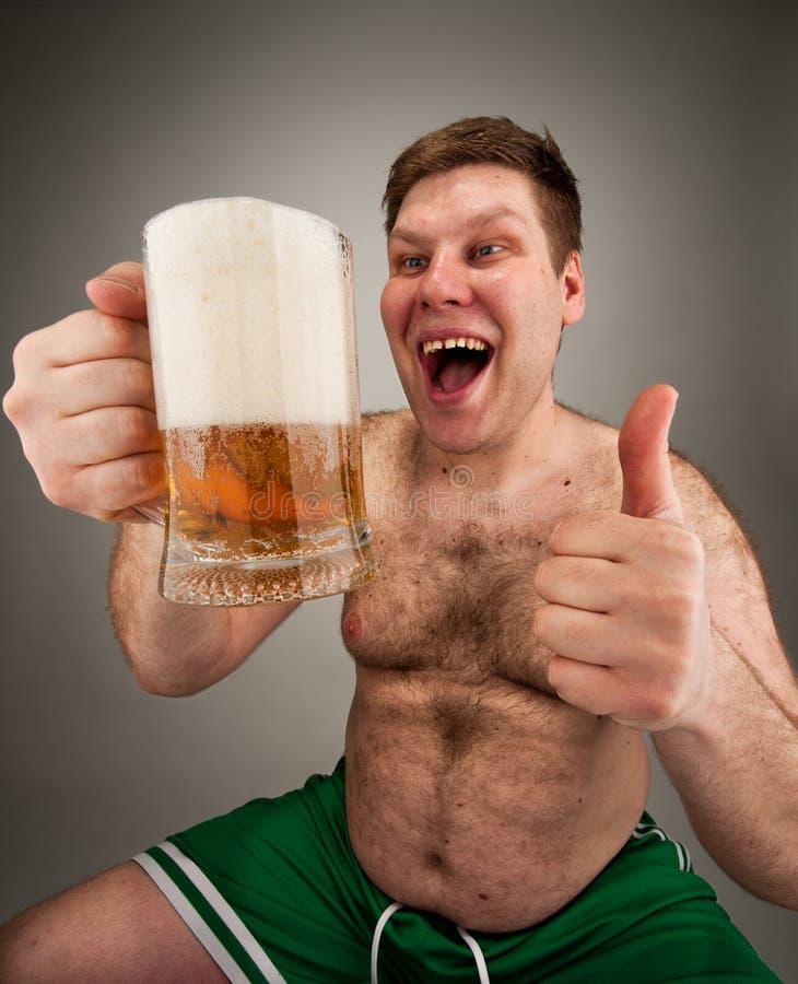 öl som dricker den feta roliga mannen royaltyfri fotografi